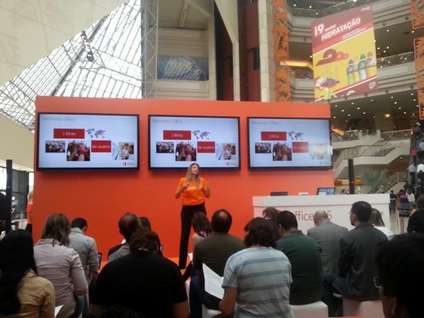 Lançamento Office365 02 1bi usuarios 610x457 - Microsoft lança o Office 365 no Brasil e detalha preços e características do Office 2013