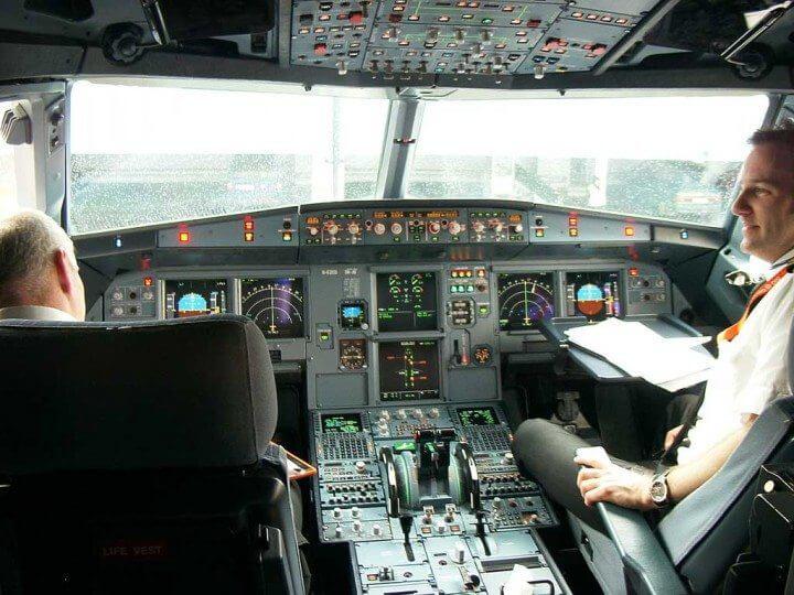 Airbus 319 cockpit 720x540 - Confiança no piloto automático é o maior risco de segurança na aviação atualmente