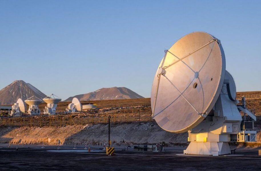 Observatório está situado em dois níveis, a 2.900 metros de altitude na planície Chajnantor, no deserto do Atacama / Divulgação/ESO