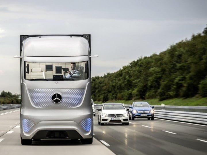 14c1049 13 720x540 - Mercedes mostra caminhão com tecnologia que permite dirigir sozinho