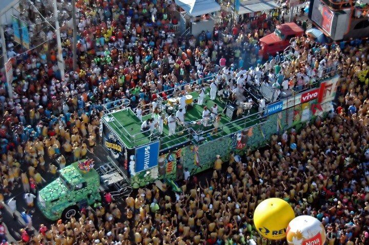 Como aproveitar o carnaval com o celular / Imagem: Vinicius Tupinamba / Shutterstock.com