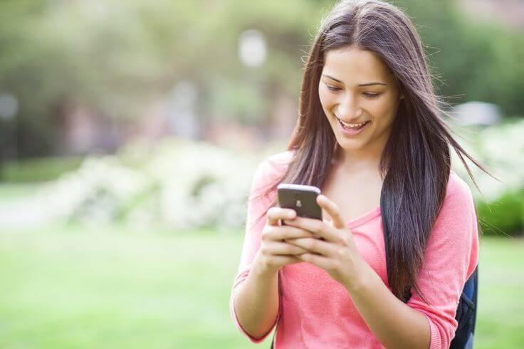 smartphone messagin girl - Aplicativos de mensagens se tornam mais populares que redes sociais