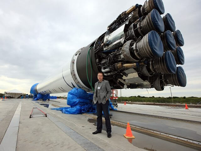 Elon Musk e seu pequeno foguetinho de 14 andares.