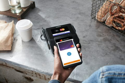 Masterpass_contactless_at_cafe