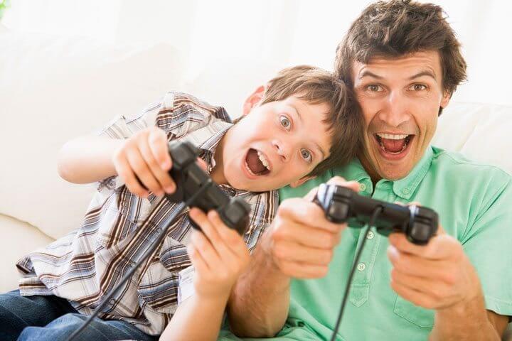 pai-e-filho-jogando-videogame-shutterstock_15846313