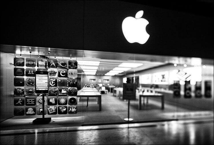 apple store TS lens empty bw 01 - Apple tem queda nas receitas pela primeira vez desde 2001