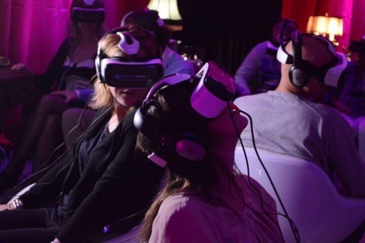 usuario na primeira sesso de cinema de realidade virtual 02 720x479 - Conheça o primeiro cinema de realidade virtual do mundo
