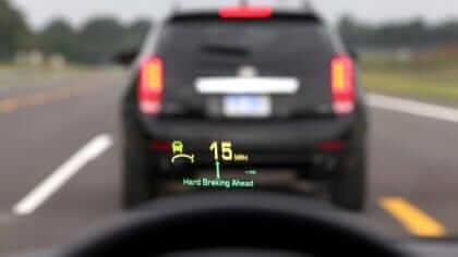 Eua pode exigir que carros conversem entre si para evitar acidentes. A ideia é que essas tecnologias auxiliem o motorista a prevenir situações que possam passar despercebidas, aumentando a segurança para todos.