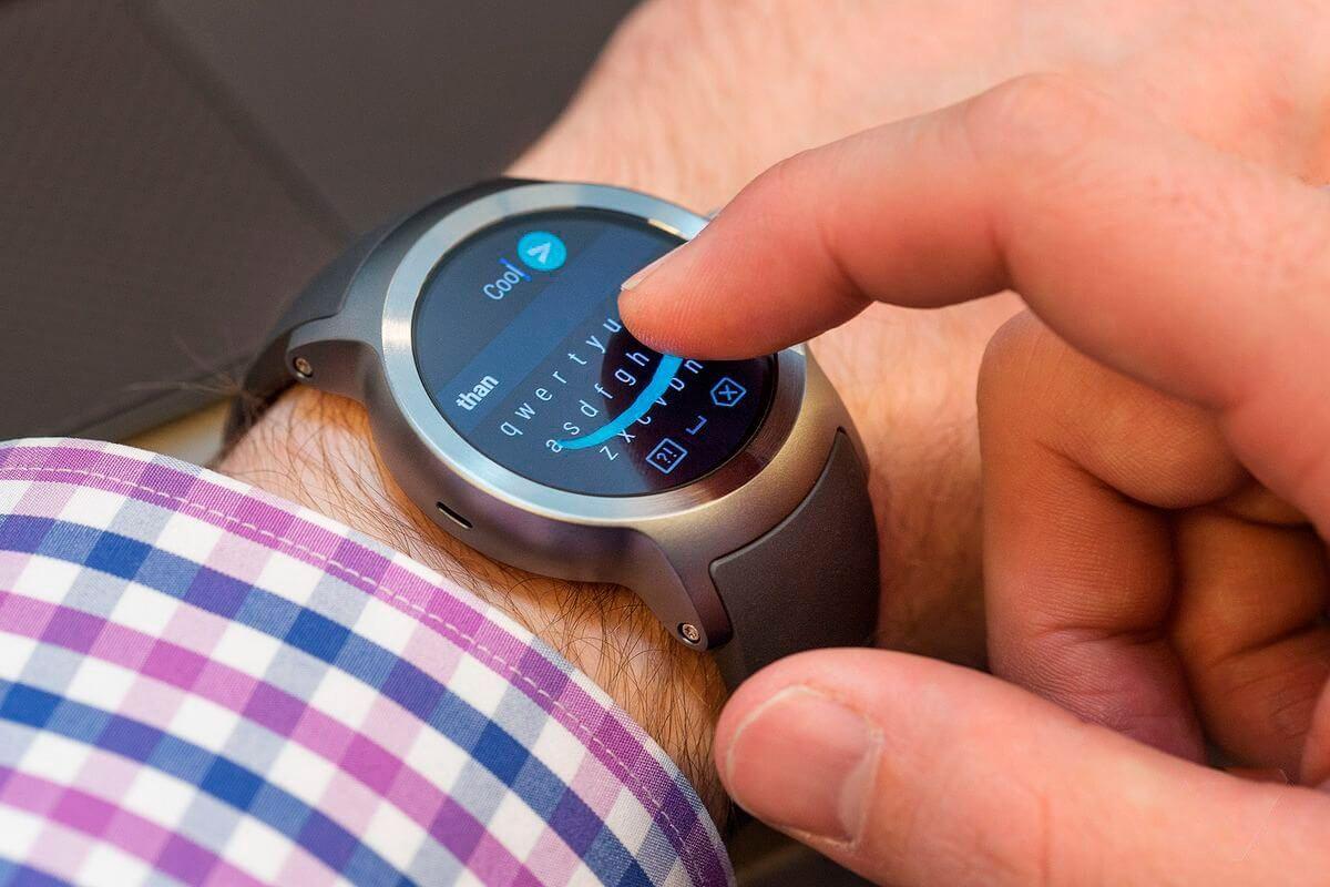 Recurso Smart Reply sendo demonstrado no LG Watch Sport (Imagem/Reprodução: The Verge)