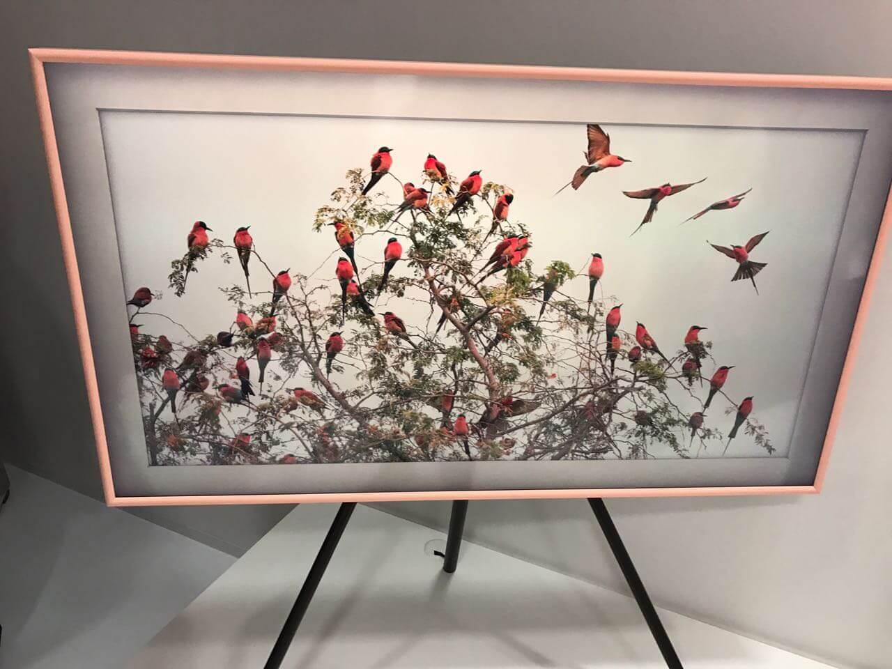 """Samsung demonstra TV """"The Frame"""" no Louvre, em Paris"""