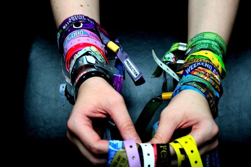 4184853460 3700d057d1 b - Você sabia que a pulseira usada nos festivais vem da Segunda Guerra Mundial?