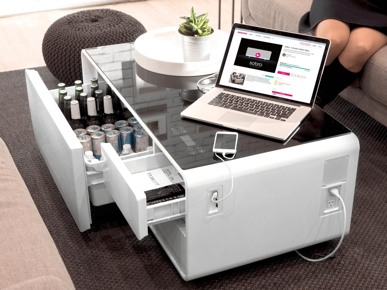 Mesa de centro inteligente tem frigobar, player de música, USB e tomadas