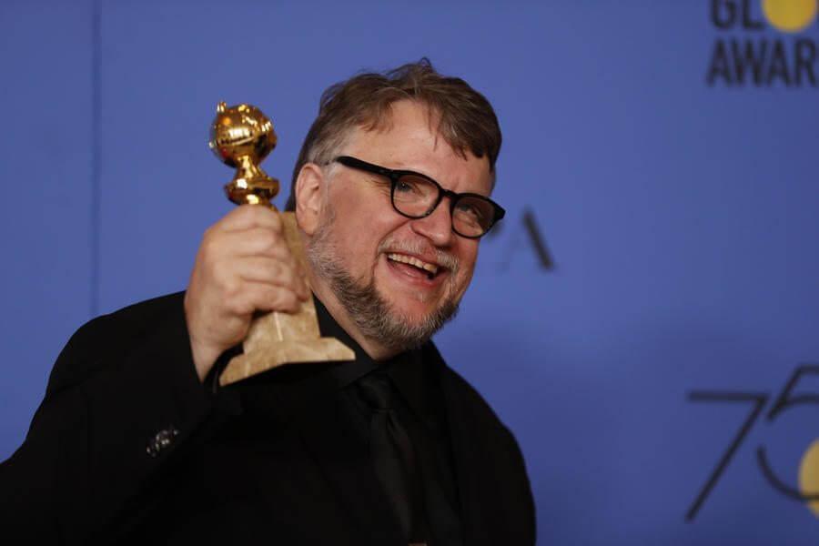 Diretor Guillermo del Toro recebendo seu prêmio durante a cerimônia (Allen J. Schaben / Los Angeles Times)