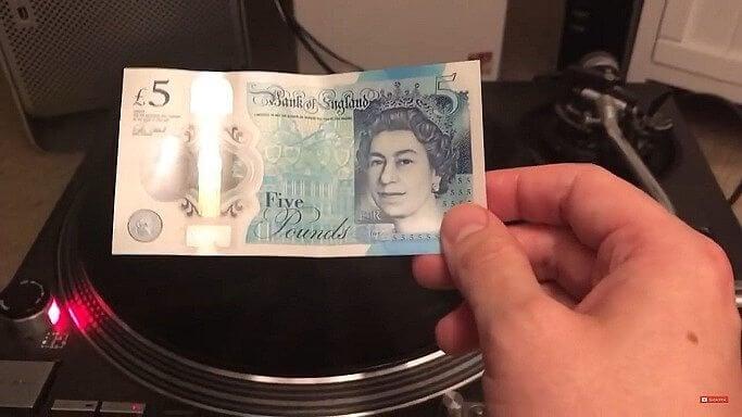 1 10 - Dá para tocar um disco de vinil usando notas de dinheiro?