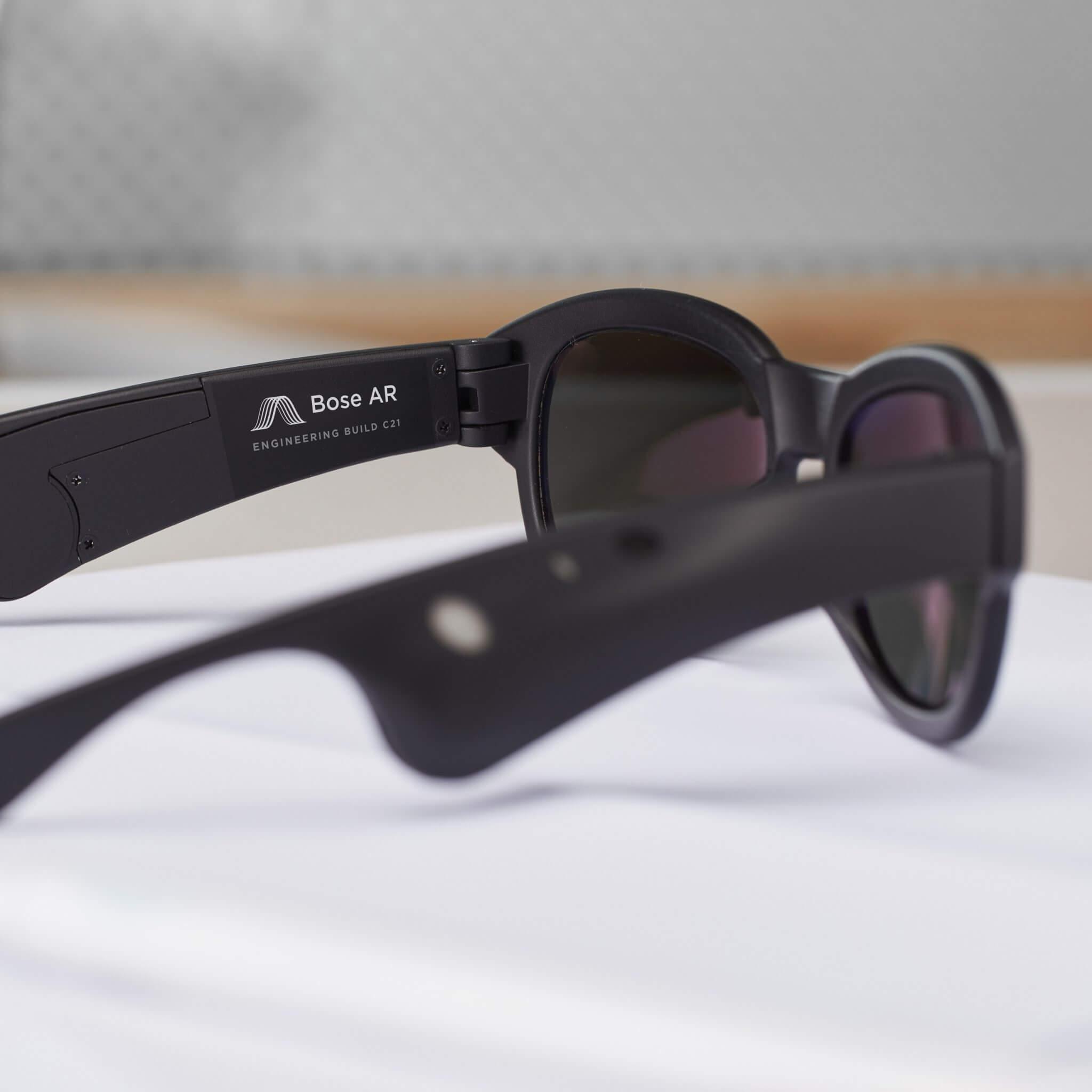 Óculos inteligentes permitem controlar a música com movimentos da cabeça. Além disso, os smart glasses da bose falam com você e lhe dão informações úteis sobre os seus arredores.