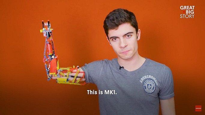 Jovem usa LEGO para construir braço protético
