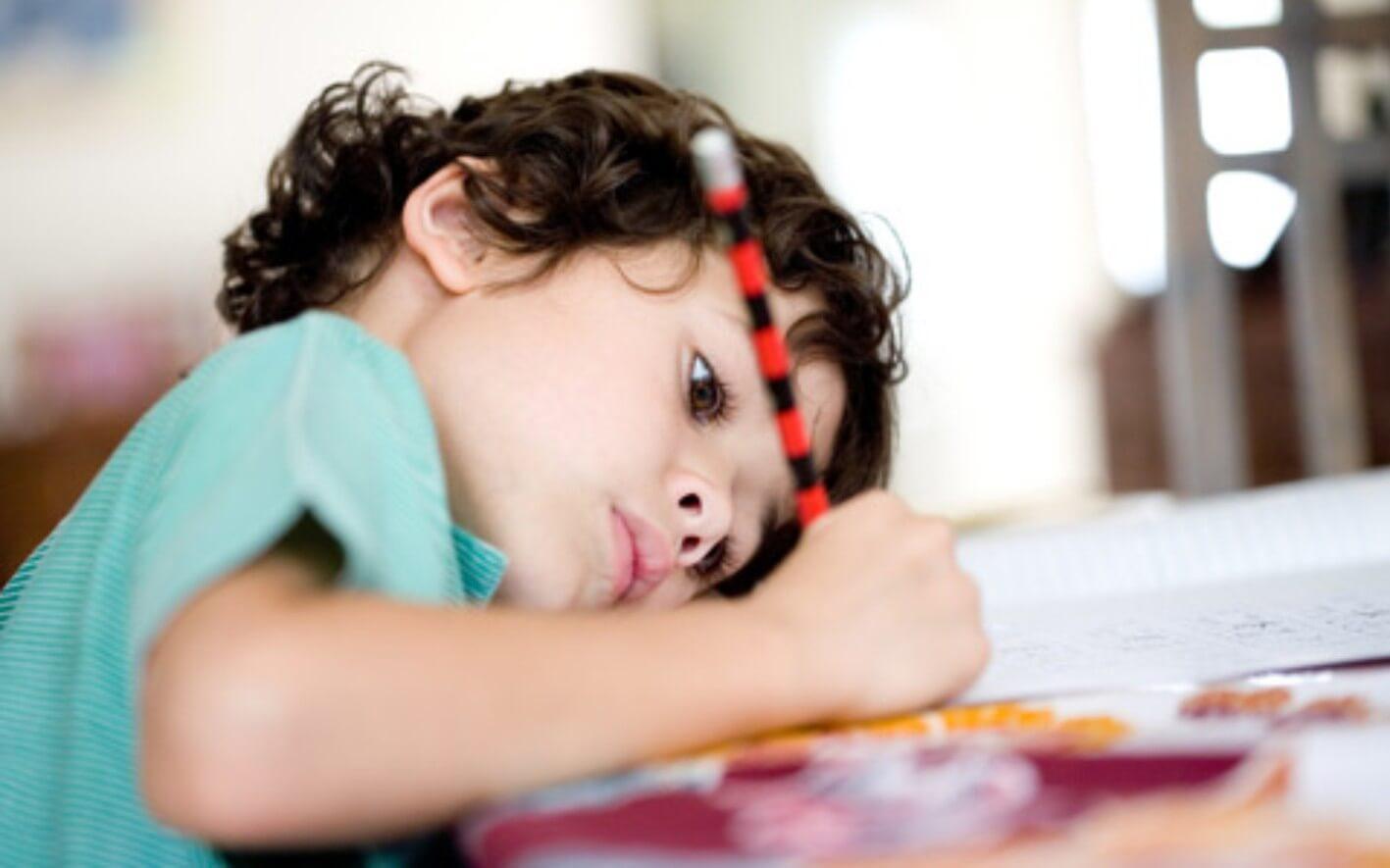 Molekinha escrever melhor que digitar - Precisamos aprender caligrafia cursiva?